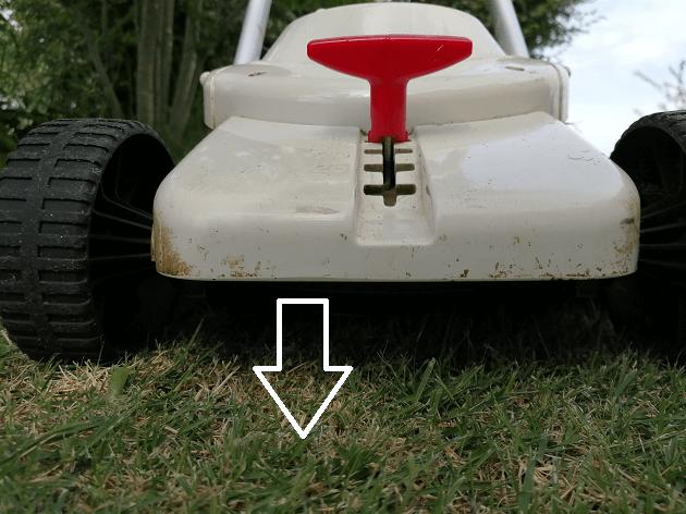 芝刈り機を低く設定する