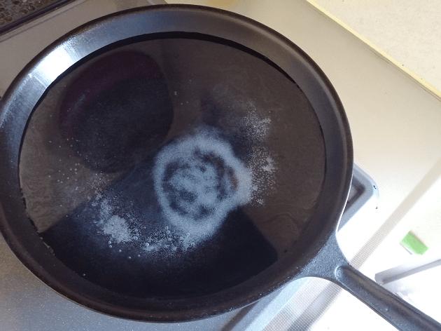 フライパンでパスタを調理。塩入れ